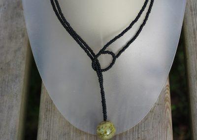 Collier en perles en verre et boule d'agate